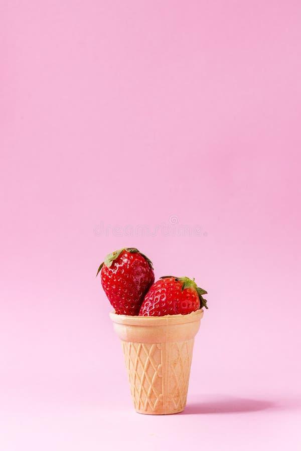 在奶蛋烘饼杯子的草莓 库存图片