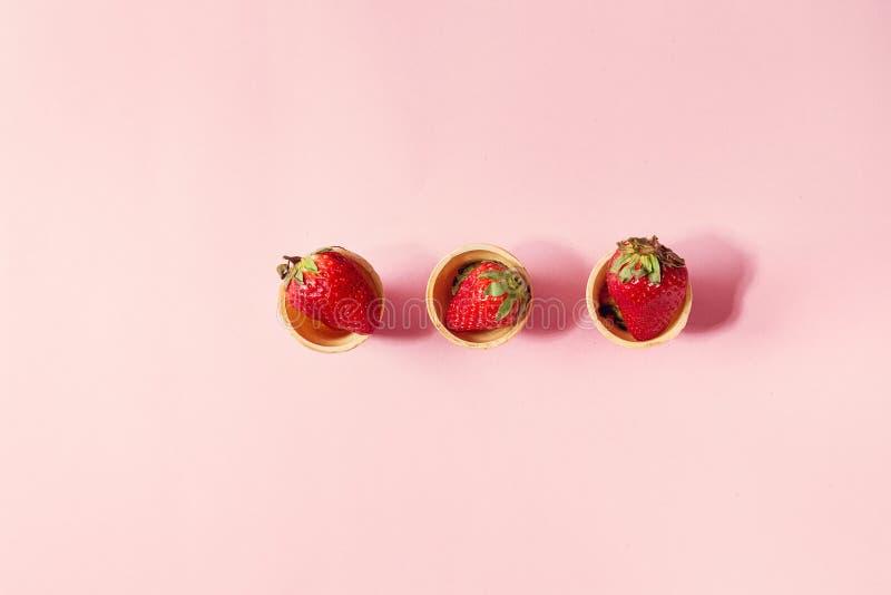 在奶蛋烘饼杯子的草莓 免版税库存照片