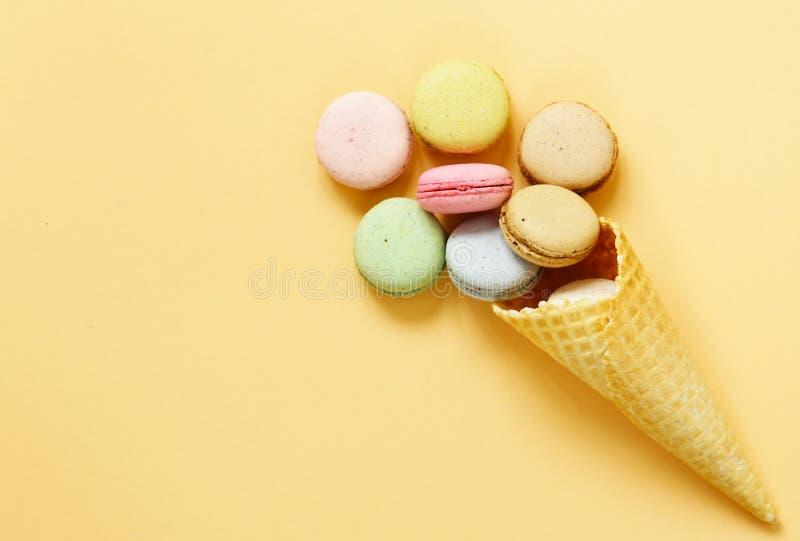 在奶蛋烘饼的五颜六色的杏仁饼蛋白杏仁饼干 免版税图库摄影
