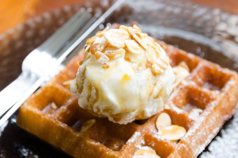在奶蛋烘饼的香草冰淇淋瓢 免版税图库摄影
