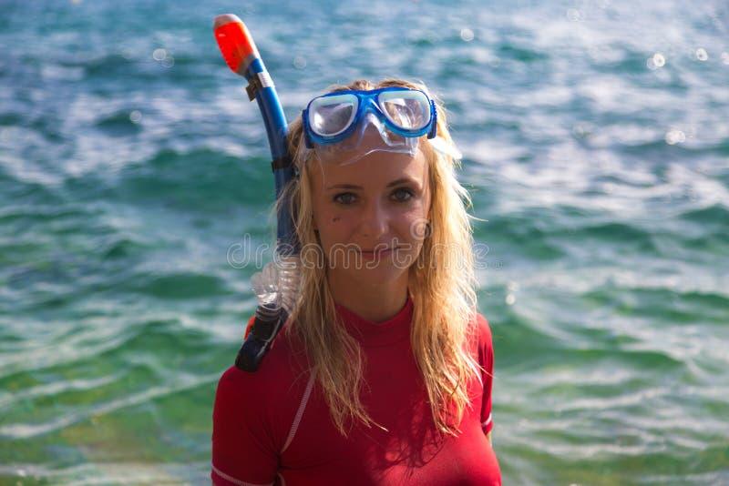 在她的下潜以后的性感的潜水者女孩 免版税图库摄影