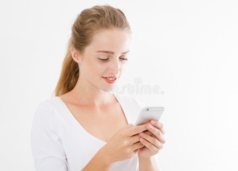 在她的休息时间,妇女在从她的男朋友,现代女实业家的手机读宜人的短信 免版税库存照片