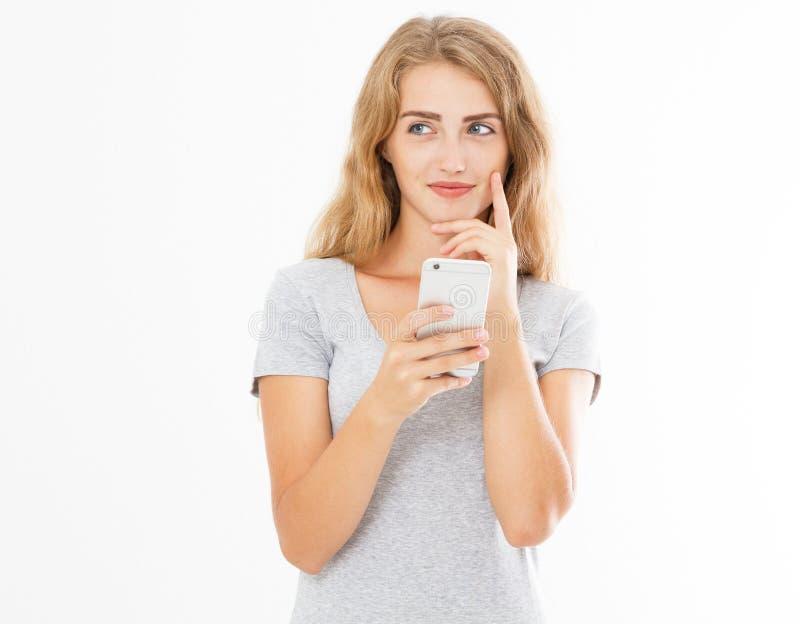 在她的休息时间,迷人的快乐的女孩在从她的男朋友的手机读宜人的短信 ?? 库存图片