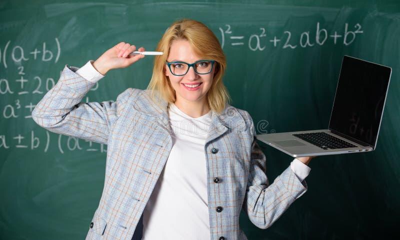 在她的头脑的想法 数字技术概念 妇女老师穿戴镜片拿着膝上型计算机冲浪的互联网 教育家 免版税库存照片