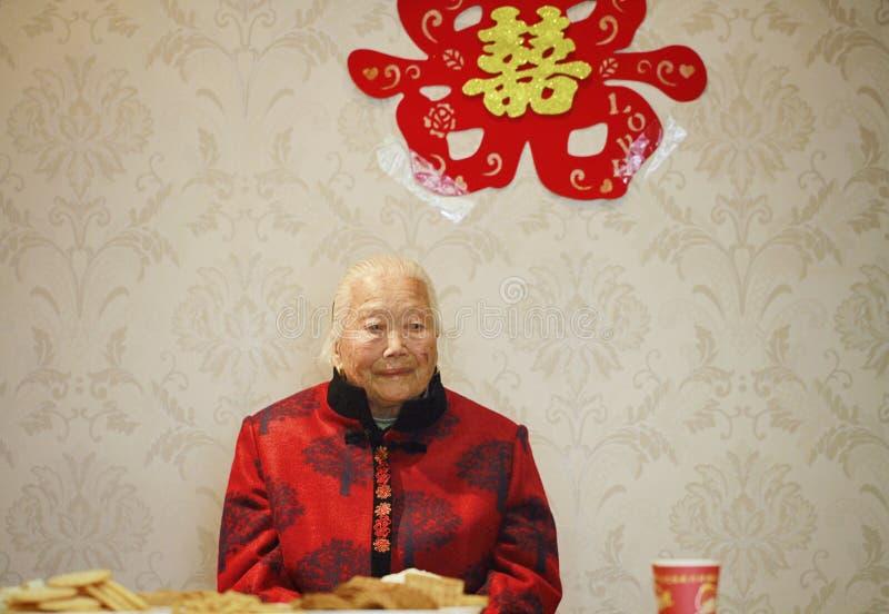 在她的孙子婚礼的愉快的年长亚洲中国人90s老妇人画象 免版税库存照片