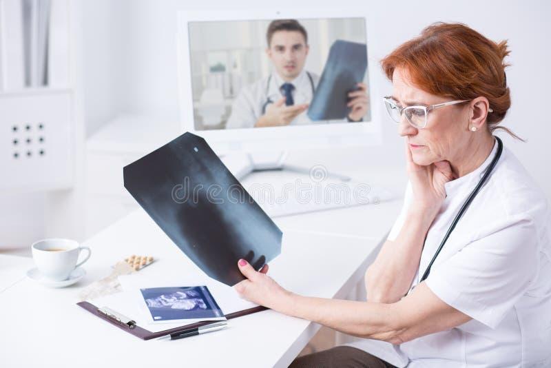在她的工作的现代医生用途技术 免版税库存照片