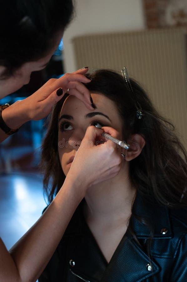 在她的朋友的化妆师工作 实际的人们 库存图片