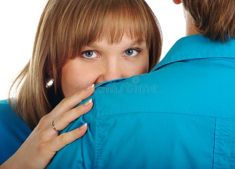 在她的隐藏之后供以人员肩膀妇女 库存照片
