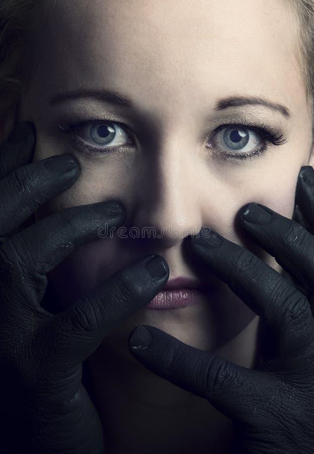 在她的面孔artis的黑手党劫掠的害怕白肤金发的妇女 免版税库存图片