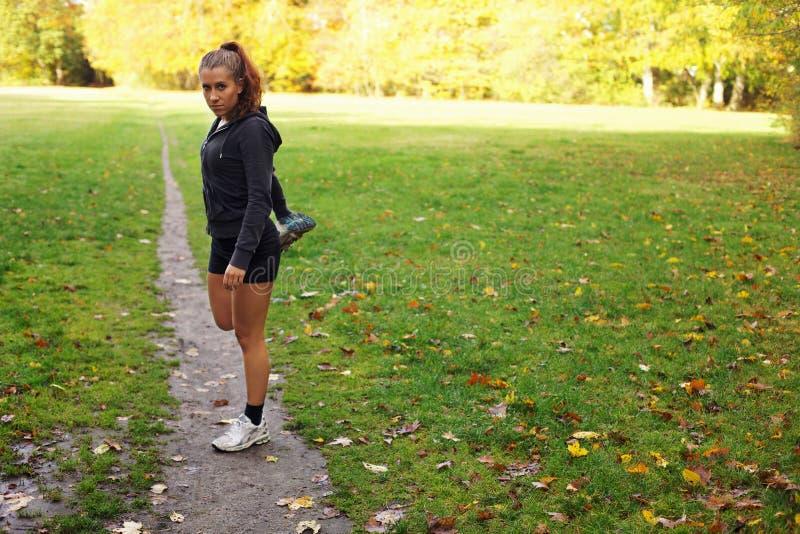 在她的锻炼前的美好的女性舒展 图库摄影