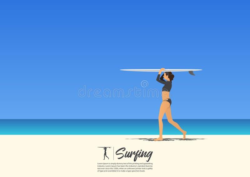 年轻在她的头的冲浪者女孩运载的冲浪板和走在白色沙子海滩 皇族释放例证