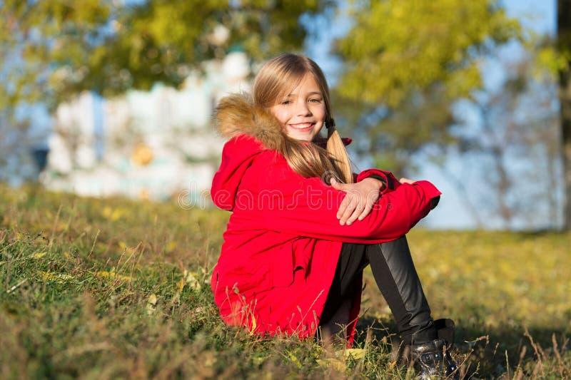 在她自己的样式 保留身体温暖的衣裳秋天天 秋天成套装备概念 温暖的秋天的外套最佳的选择 孩子女孩 图库摄影