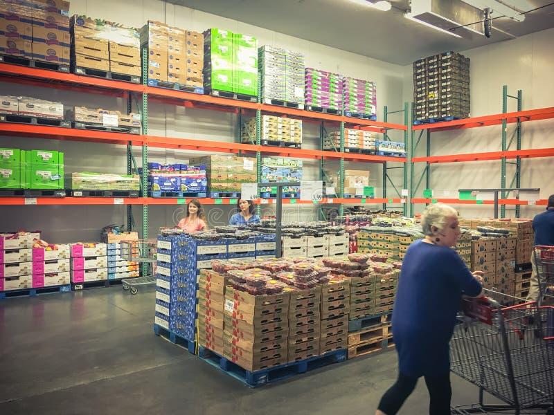 在好市多批发新鲜农产品部门的顾客购物 免版税图库摄影
