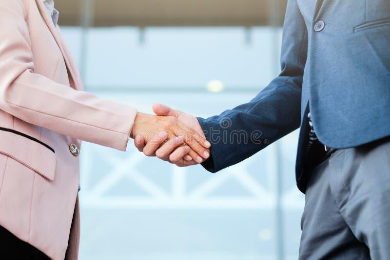 在好成交以后的成功的企业peolple握手 库存图片