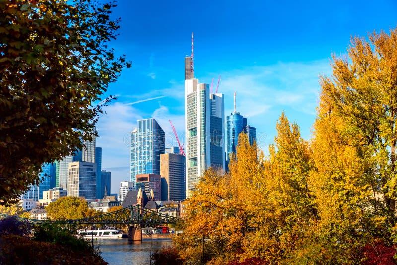 在好日子期间在秋天,法兰克福,有桥梁和摩天大楼的德国地平线都市风景  法兰克福主要在财政 库存照片