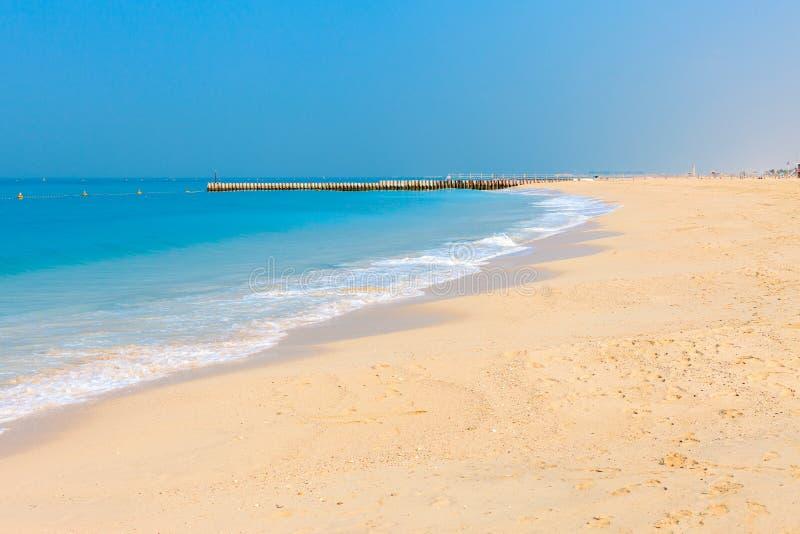 在好的卓美亚奢华酒店集团海滩的全景在迪拜,阿拉伯联合酋长国 阿拉伯联合酋长国著名旅游目的地 清楚的大海波斯语 免版税图库摄影