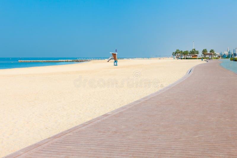 在好的卓美亚奢华酒店集团海滩的全景在迪拜,阿拉伯联合酋长国 阿拉伯联合酋长国著名旅游目的地 清楚的大海波斯语 库存照片