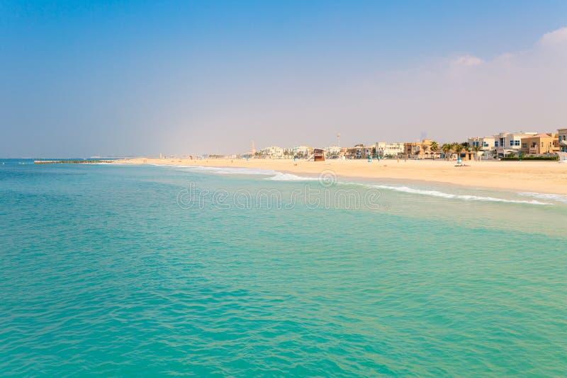 在好的卓美亚奢华酒店集团海滩的全景在迪拜,阿拉伯联合酋长国 阿拉伯联合酋长国著名旅游目的地 清楚的大海波斯语 库存图片