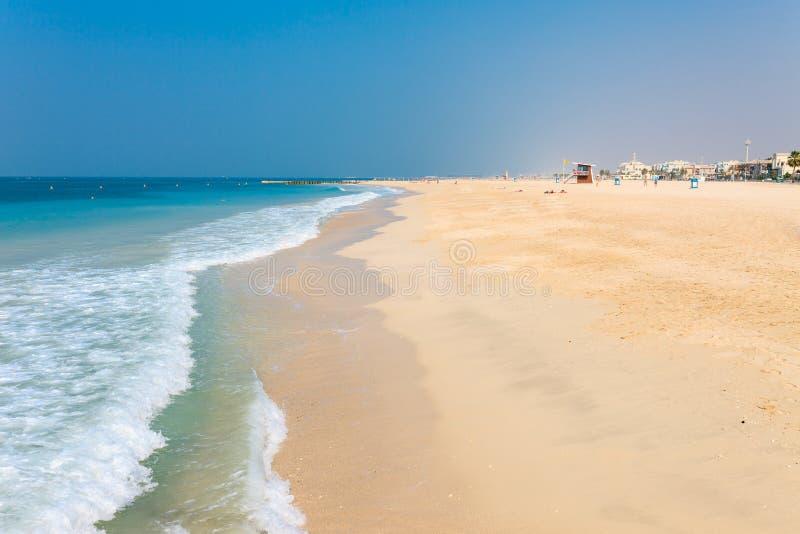 在好的卓美亚奢华酒店集团海滩的全景在迪拜,阿拉伯联合酋长国 阿拉伯联合酋长国著名旅游目的地 清楚的大海波斯语 图库摄影