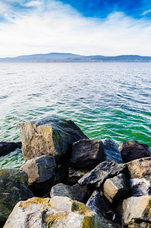 在好的大湖前面的有些岩石 库存照片