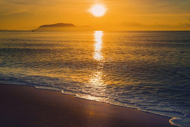 在好的天空的日落在海和山 图库摄影