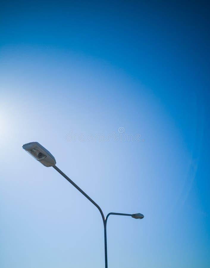 在好的蓝天前面的双重街灯杆 库存图片