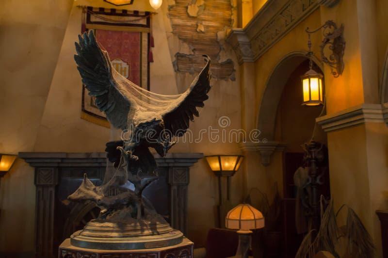 在好莱坞塔旅馆的大厅的猫头鹰雕象 免版税库存图片