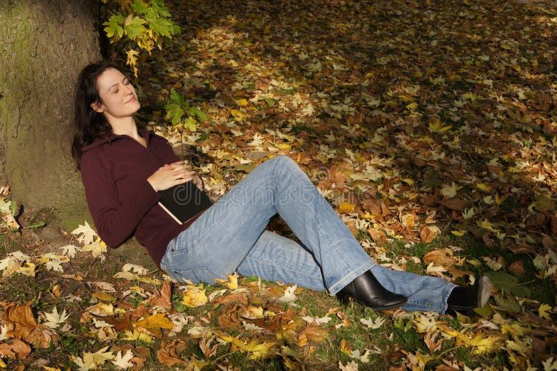 在妇女之下的休眠结构树 免版税库存照片