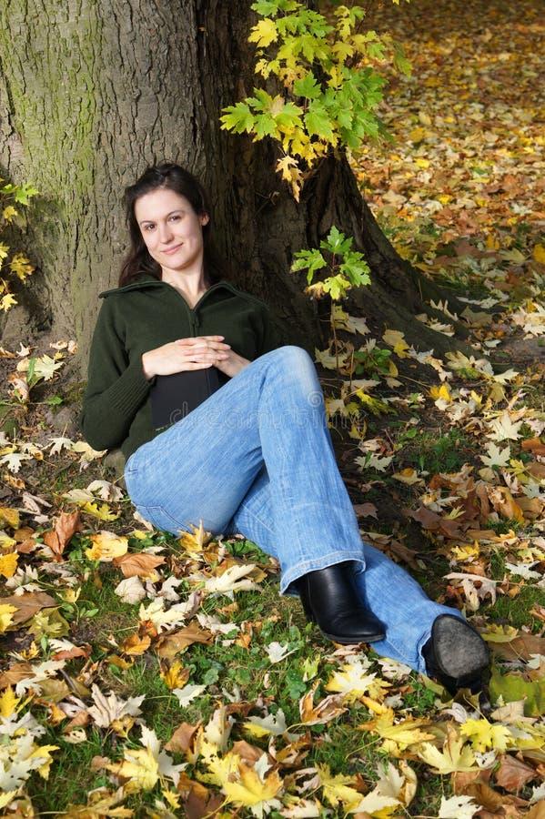 在妇女之下的松弛结构树 图库摄影
