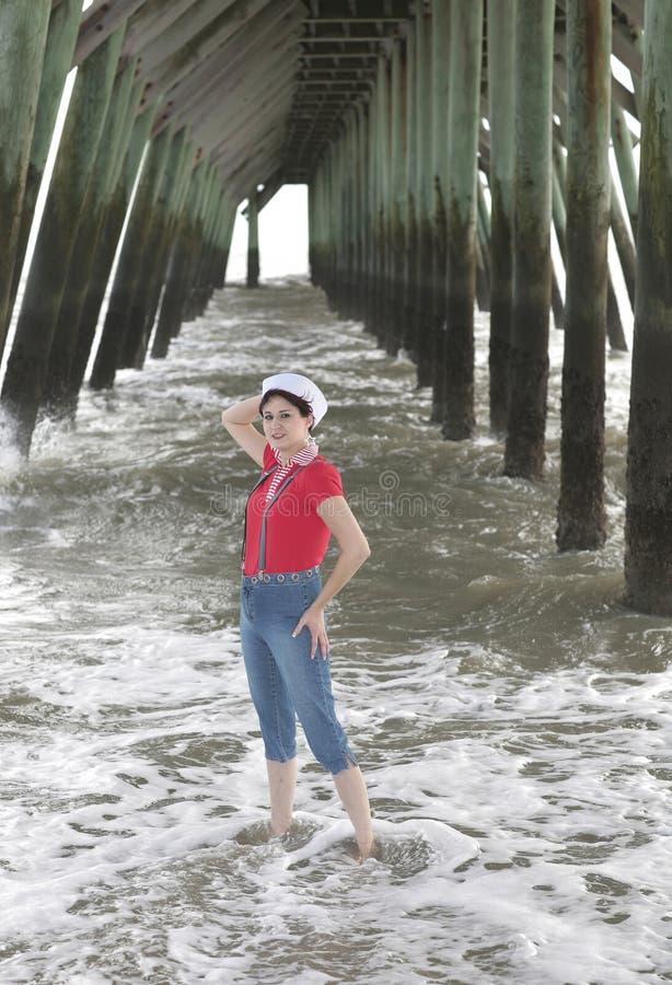 在妇女之下的码头 免版税库存图片