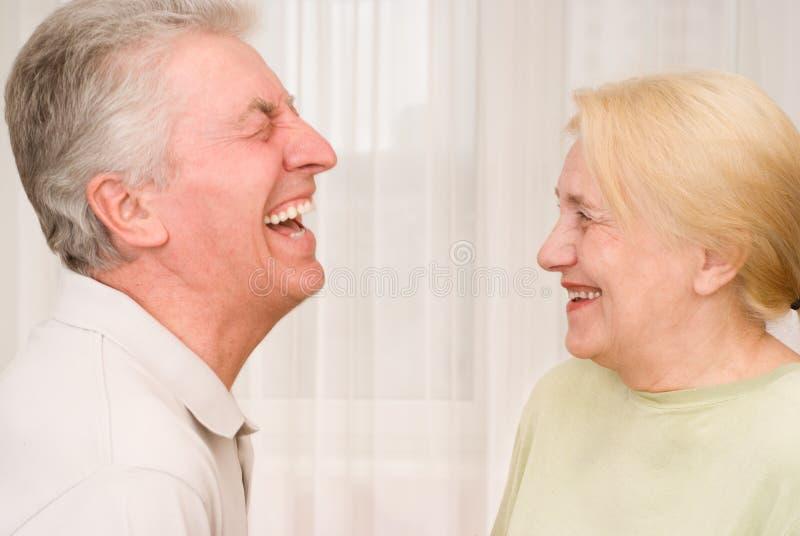 在妇女前面的笑的人 免版税图库摄影