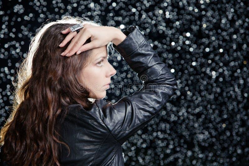在妇女年轻人之下的雨 免版税图库摄影