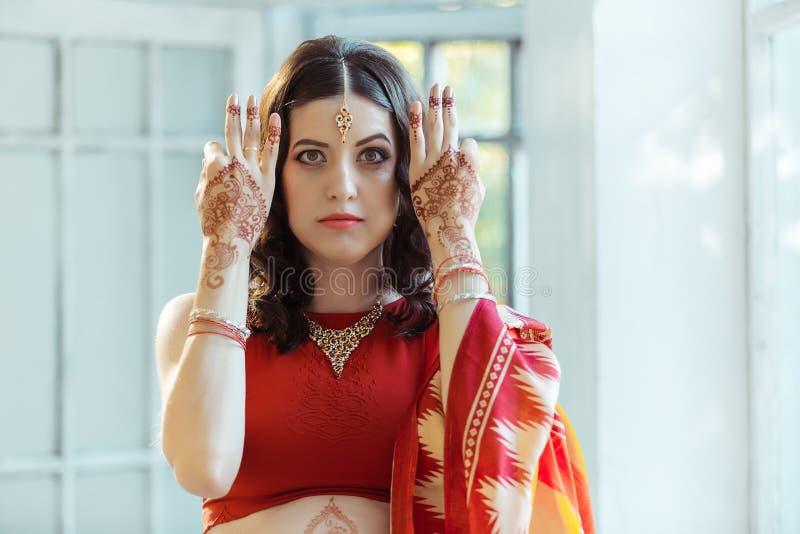 在妇女手上的印地安图片, mehendi传统 免版税图库摄影
