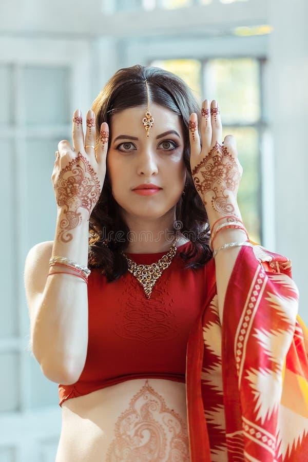 在妇女手上的印地安图片, mehendi传统 免版税库存照片