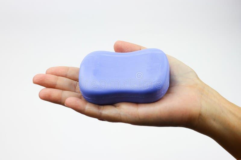 在妇女棕榈的蓝色肥皂 库存图片