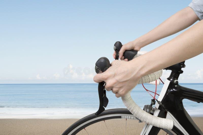 在妇女的特写镜头递骑自行车 免版税图库摄影