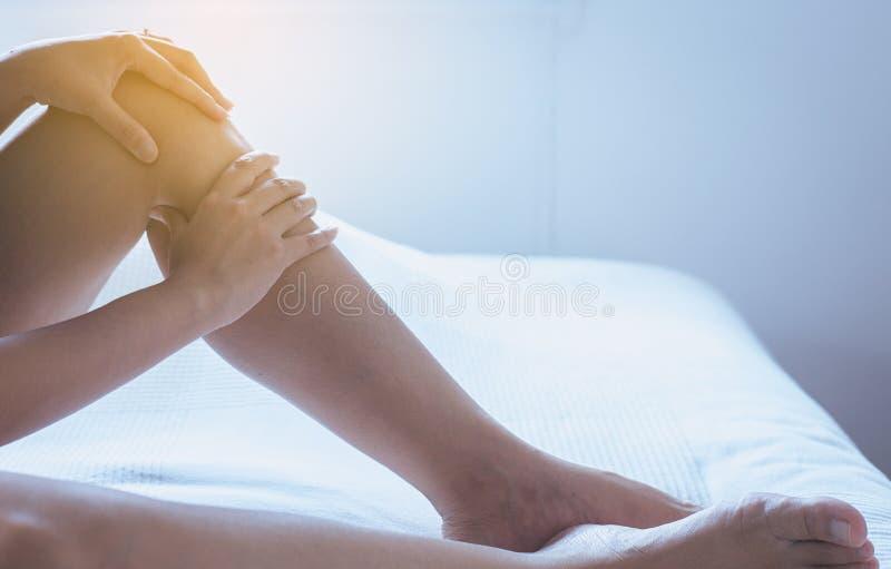 在妇女腿或脚,身体和医疗保健概念的静脉曲张 图库摄影