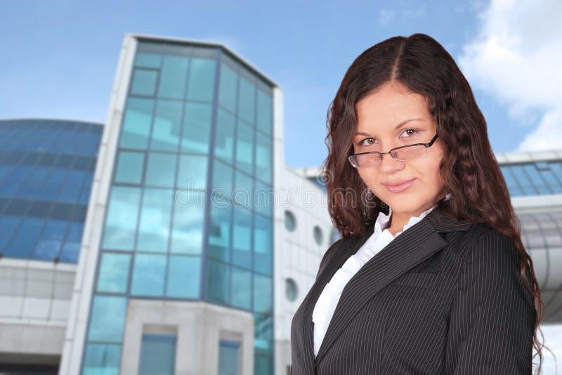 在妇女附近的蓝色大厦拼贴画 免版税图库摄影