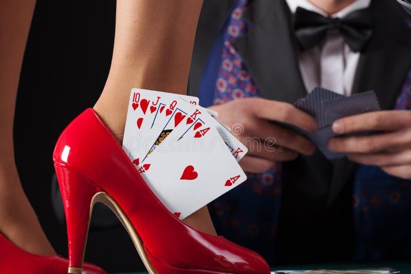 在妇女高跟鞋的同花大顺 免版税库存图片