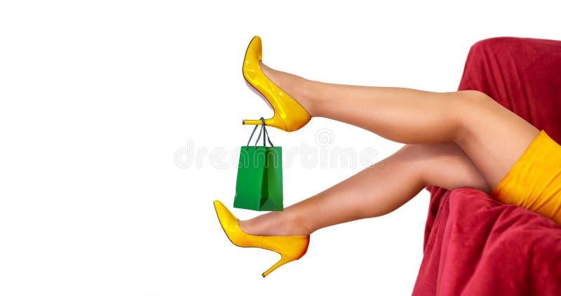 在妇女高跟鞋的购物带来 免版税库存图片