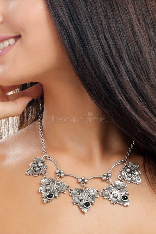 在妇女` s脖子的珠宝商项链 图库摄影