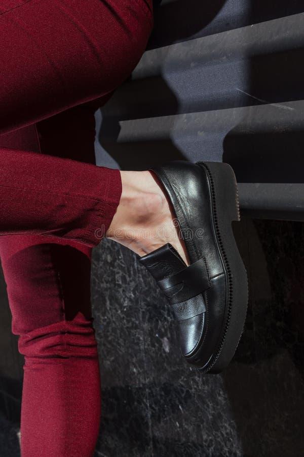 在妇女` s腿的美丽和时髦的妇女` s鞋子 库存图片
