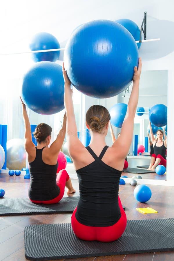 在妇女Pilates选件类背面图的稳定性球 库存图片