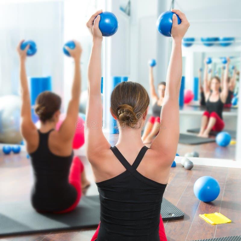 在妇女pilates选件类背面图的蓝色定调子的球 免版税图库摄影