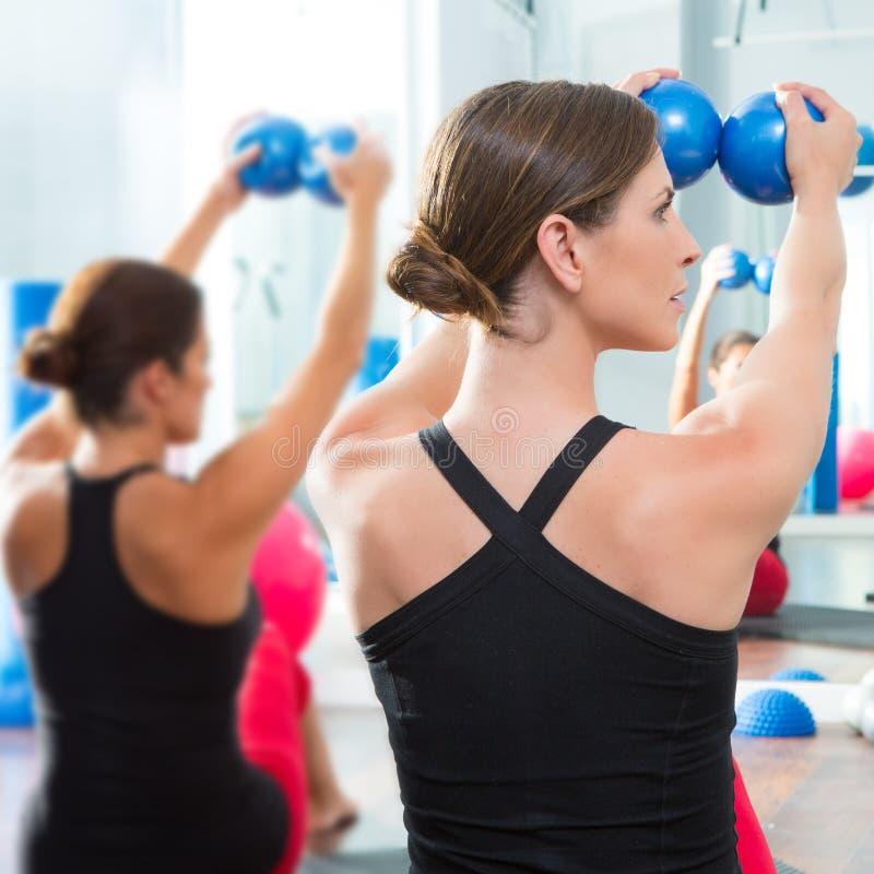 在妇女pilates选件类背面图的蓝色定调子的球 免版税库存图片