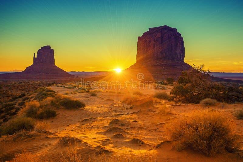 在姐妹的日落纪念碑谷的 库存图片