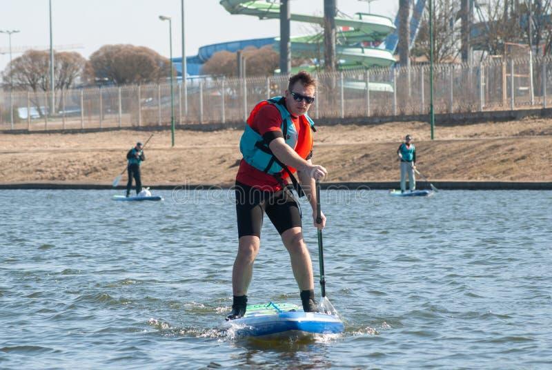 在委员会桨的运动员划船, 库存图片