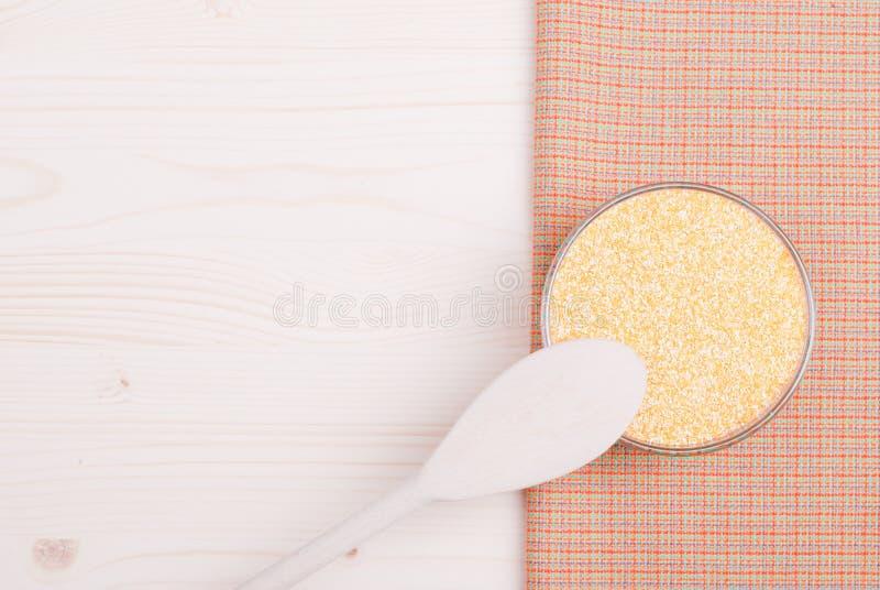 在委员会的粗暴玉米渣节食食物 库存图片