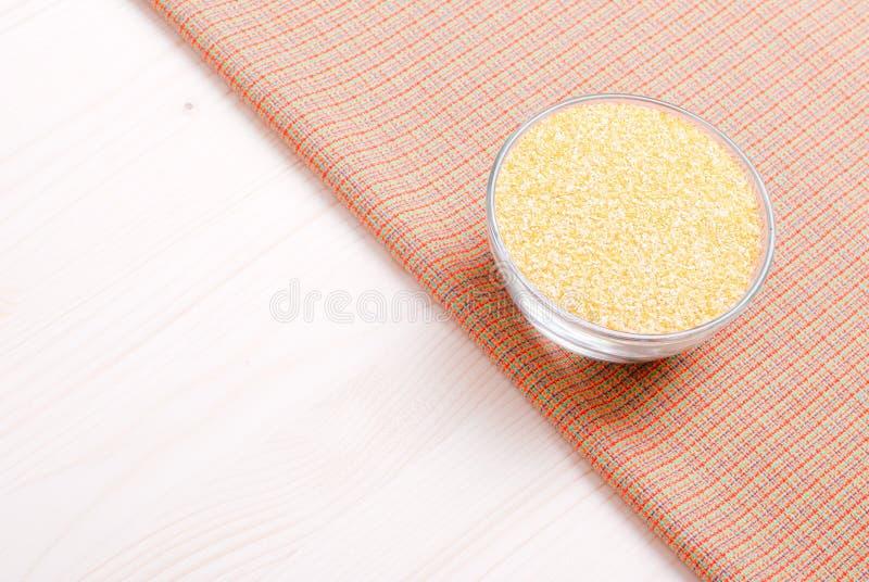 在委员会的粗暴玉米渣节食食物 免版税库存图片