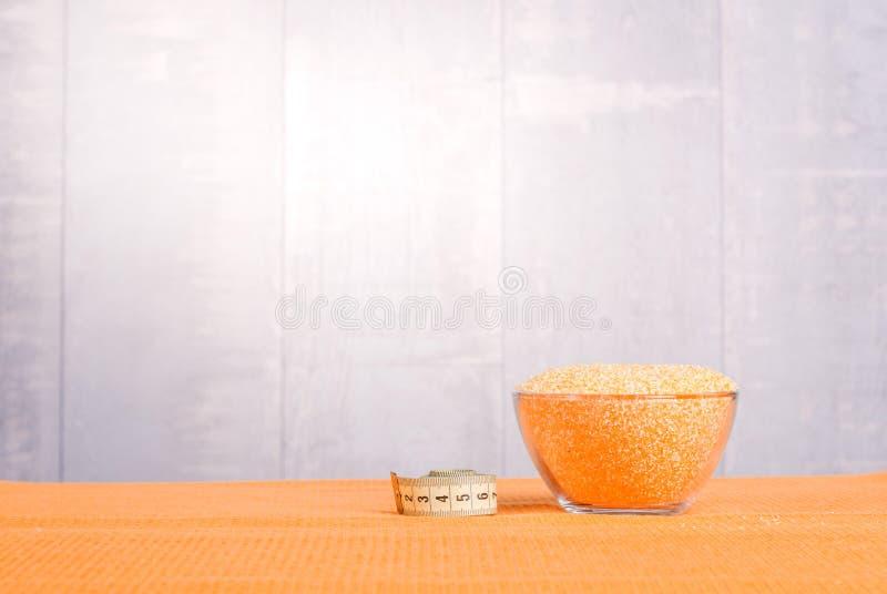 在委员会的粗暴玉米渣节食食物 图库摄影
